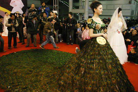 peacock_wedding_dress_2